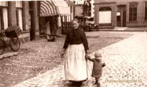 Oma Poorthuis aan de wandel 1898 op de Markt met links het pand van Chrisjan Ankone (t Kösterke), Boekhandel Bannink en de dames Fitzstum