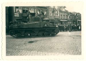 Oldenzaal - Britse tanks op de Markt 1945 1163