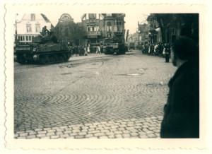 Oldenzaal - Britse tanks op de Markt 1945 1162