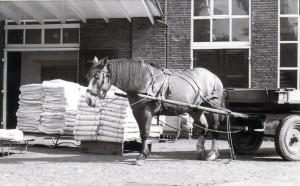 Gelderman laden en lossen met paard en wagen