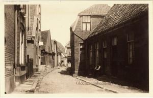 Hier kijk je van uit de Monnikstraat de Walstraat in richting Poortstraat.
