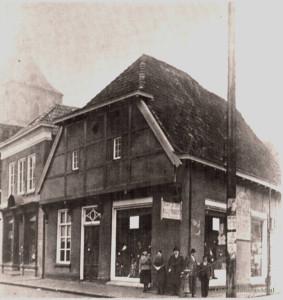 Markt - hoek Kerkstraat met de winkel van C.J. de Jong met er naast de slagerij van Jules Cohen