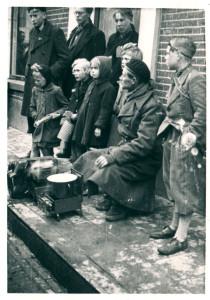 Oldenzaal - Bevrijding 1945. Een militair verwarmt zijn eten 1864
