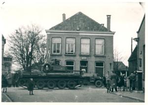 Militaire voertuingen in de Deurningerstraat kruising Nieuw-