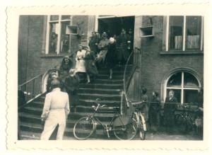 Oldenzaal - Moffenmeiden verlaten het stadhuis 1945 1164