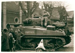 Oldenzaal - Britse tanks op het St. Plechelmusplein. Bevrijding 1945 1862