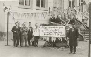 n deze krant van nov. 1935 staat dat de man rechts naast de marktsteen de Hr. Hilgenberg is, aldus Gerard Braakhuis