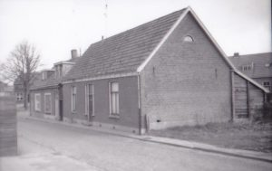 Paradijsstraat , van links naar rechts woonde Henk Frijters, fam. Wekking en fam. Collet in 1955. Rechts daarvan had meneer van Midden een moesten. - kopie